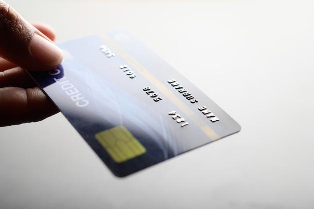 Sluit omhoog van de creditcard van de handholding Gratis Foto