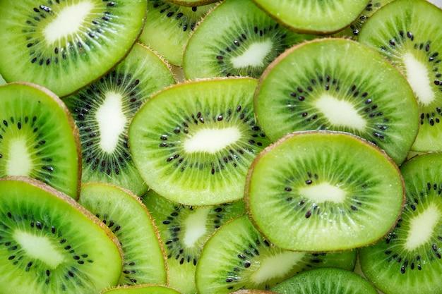 Sluit omhoog van de groene plakken van het kiwifruit Gratis Foto
