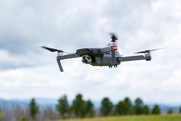 Sluit omhoog van de hommelhelikopter met een camera Premium Foto