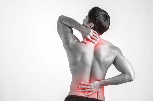 Sluit omhoog van de mens die zijn pijnlijk rug wrijven geïsoleerd op witte achtergrond. Gratis Foto