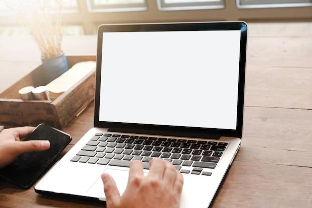 Sluit omhoog van de mens gebruikend laptop, die massages op de tuin verzendt ziend sunbath Premium Foto