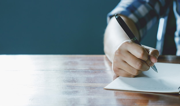 Sluit omhoog van de pen van de handholding, het is als een briefschrijver. creatief idee van het werk 2019 doelen, schrijven, tekenen, maken van aantekeningen in document.business, investeringen, concept, vintage, retro natuurlijke sfeerstijl. Premium Foto