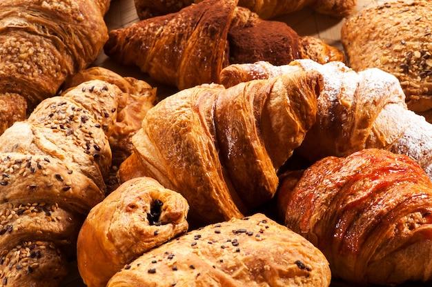 Sluit omhoog van diverse croissantgebakjes Premium Foto