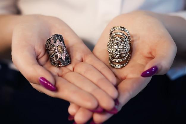 Sluit omhoog van een elegante ring met stenen op de handen van de vrouw. Premium Foto
