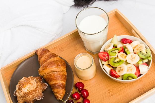 Sluit omhoog van een europees klassiek ontbijt Premium Foto