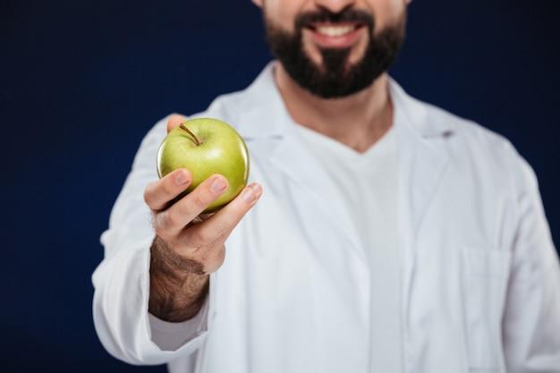 Sluit omhoog van een glimlachende mannelijke arts Gratis Foto