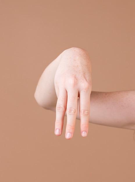 Sluit omhoog van een hand die gebarentaal onderwijst Gratis Foto
