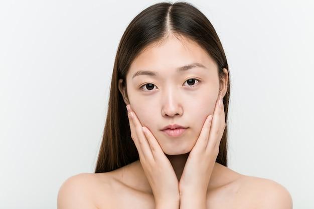 Sluit omhoog van een jonge mooie en natuurlijke aziatische vrouw Premium Foto