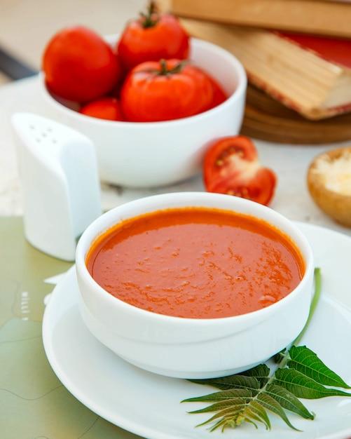 Sluit omhoog van een kom tomatensoep Gratis Foto