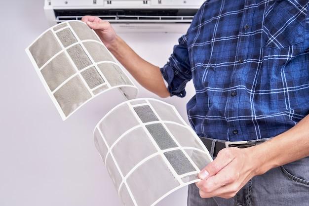 Sluit omhoog van een schoon en vuil filter. home airconditioner vervangen en schoonmaken concept Premium Foto