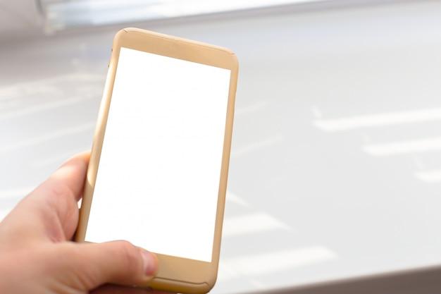 Sluit omhoog van een vrouw gebruikend mobiele slimme telefoon openlucht Premium Foto