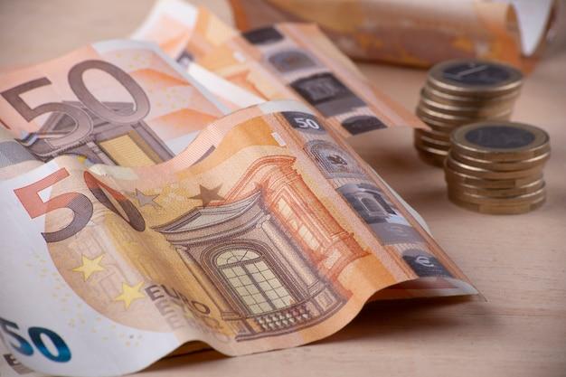 Sluit omhoog van euro staven en stukken muntstukken Premium Foto