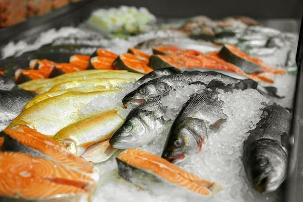 Sluit omhoog van gekoelde zeevruchten in de winkel van een vissenwinkel Premium Foto