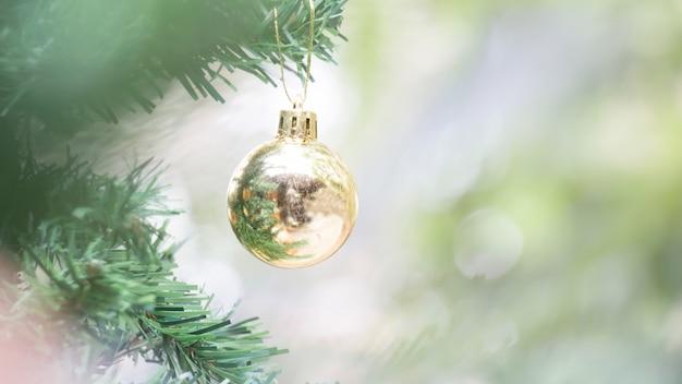 Sluit omhoog van gouden bal voor kerstmis of nieuwjaardecoratieachtergrond Premium Foto