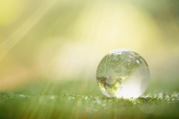 Sluit omhoog van groene planeet in uw handen. red de aarde. Gratis Foto