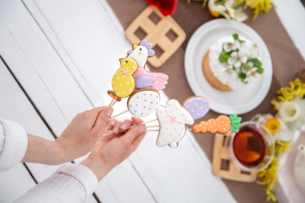Sluit omhoog van heldere de peperkoekkoekjes van pasen op stokken. het concept van decor voor de paasvakantie. Gratis Foto