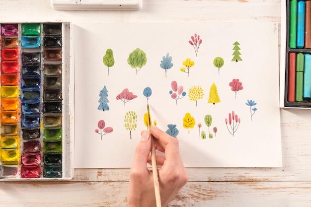 Sluit omhoog van het verschillende kleurrijke ontwerp van de bloemenaard dat met borstel en waterverven op papier wordt geschilderd Gratis Foto