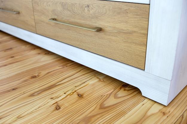 Sluit omhoog van houten lade in eigentijdse kastkabinet. Premium Foto