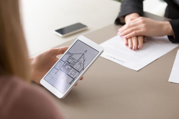 Sluit omhoog van huisplan op tablet, onroerende goederencontract Gratis Foto
