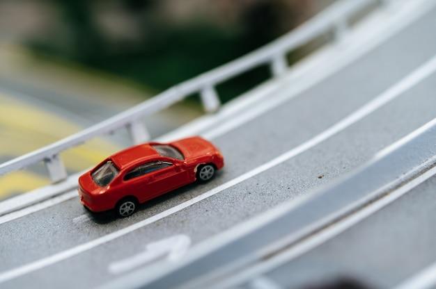 Sluit omhoog van kleine auto'smodel op de weg, verkeersconceptie. Gratis Foto