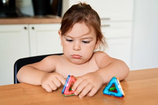 Sluit omhoog van magnetisch bouwstuk speelgoed. kind speelt met ontwikkelingsspeelgoed. hoge kwaliteit foto Premium Foto