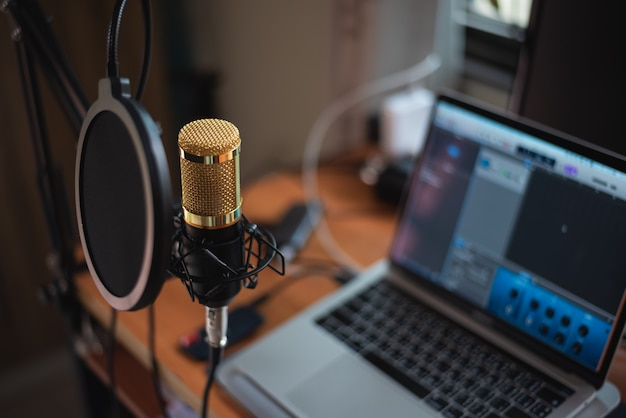 Sluit omhoog van microfoon bij muziekstudio, muziekconcept Premium Foto
