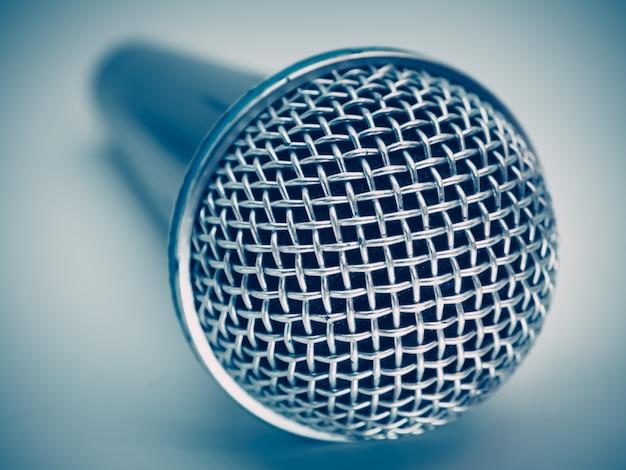 Sluit omhoog van microfoon voor karaokekamer of conferentieruimte. Premium Foto