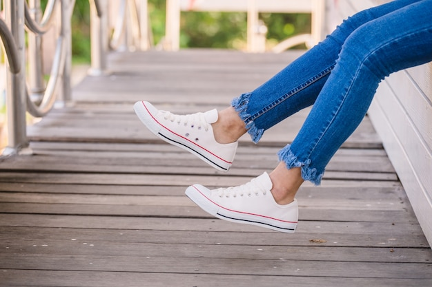 Sluit omhoog van model in witte tennisschoenen Premium Foto
