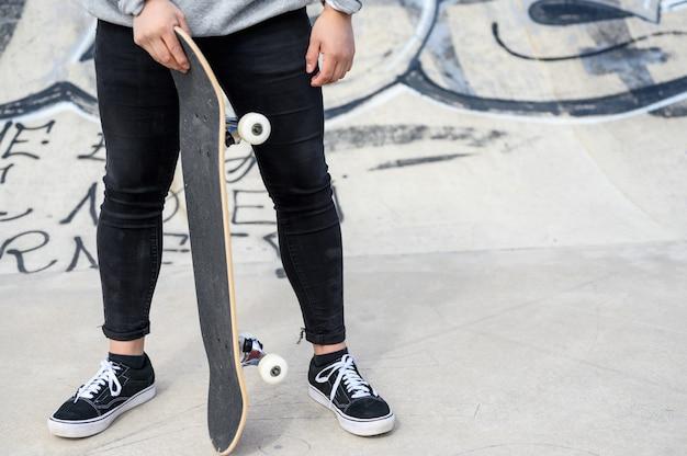 Sluit omhoog van onherkenbare jonge mensenholding longboard of skateboard in het park. Premium Foto