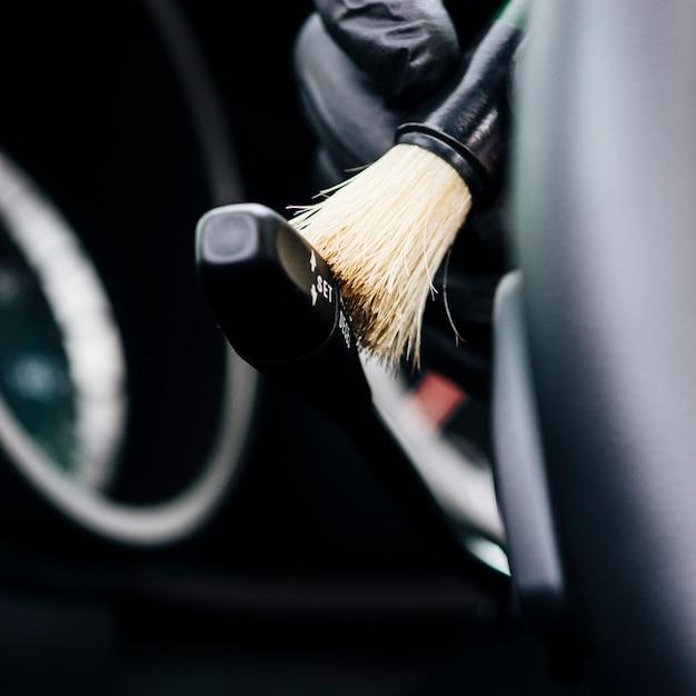 Sluit omhoog van persoon het schoonmaken autobinnenland Gratis Foto