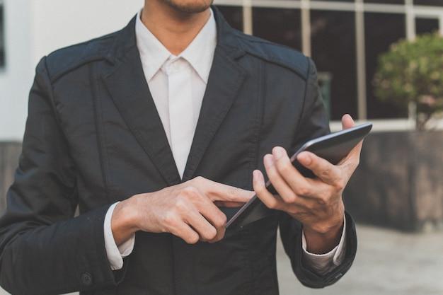 Sluit omhoog van slimme de telefoontablet van de bedrijfsmensenaanraking Premium Foto