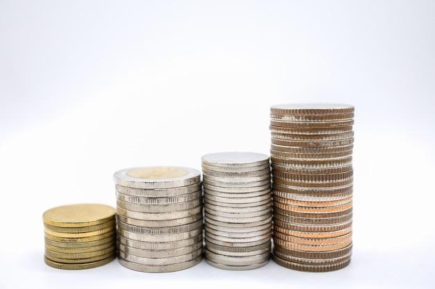 Sluit omhoog van type vier stapels muntstukken op witte ruimte als achtergrond en exemplaar Premium Foto