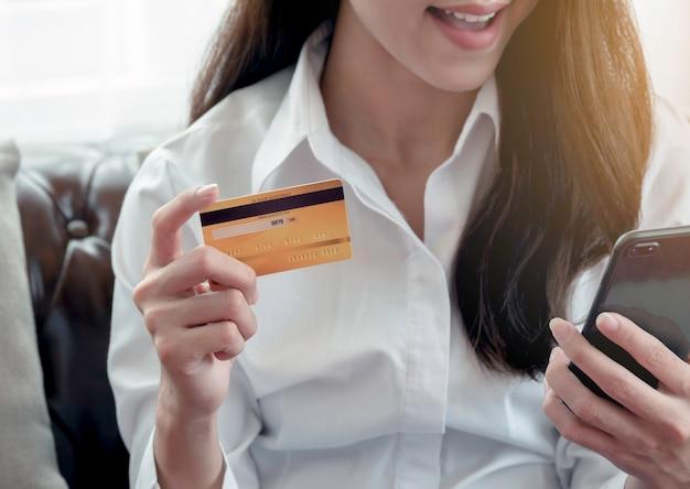 Sluit omhoog van van bedrijfsvrouw gelukkig aan het gebruiken van creditcard om voor online aankoopsucces te betalen. Premium Foto