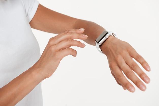 Sluit omhoog van vrouwelijke handen dragend polshorloge Gratis Foto