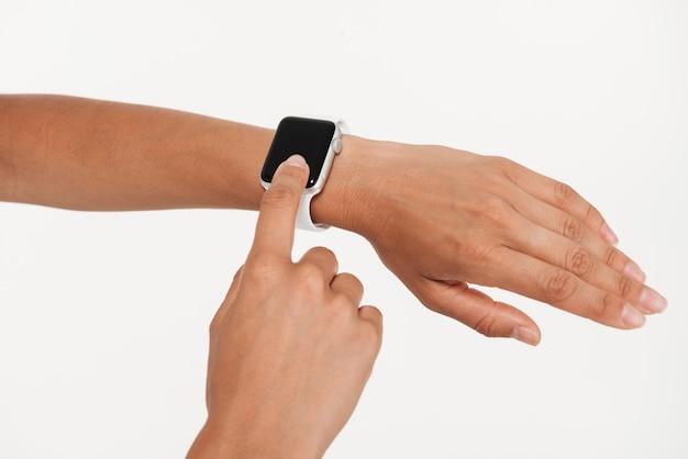 Sluit omhoog van vrouwelijke handen gebruikend pols slim horloge Gratis Foto
