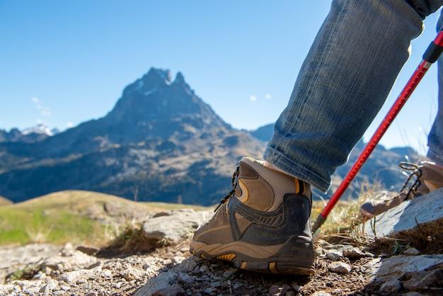 Sluit omhoog van wandelaarschoenen, pic ossau op achtergrond Premium Foto