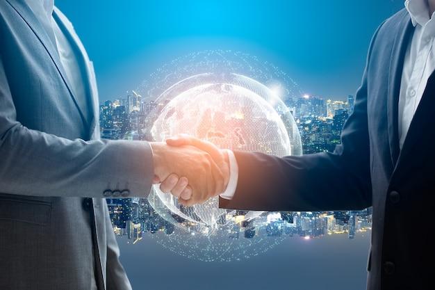 Sluit omhoog van zakenlieden die handen schudden. wereldwijd netwerk en een wereldkaart op de voorgrond. Premium Foto
