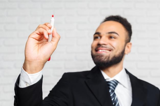 Sluit omhoog van zakenmanhand met pen klaar om iets in het bureau te schrijven Premium Foto
