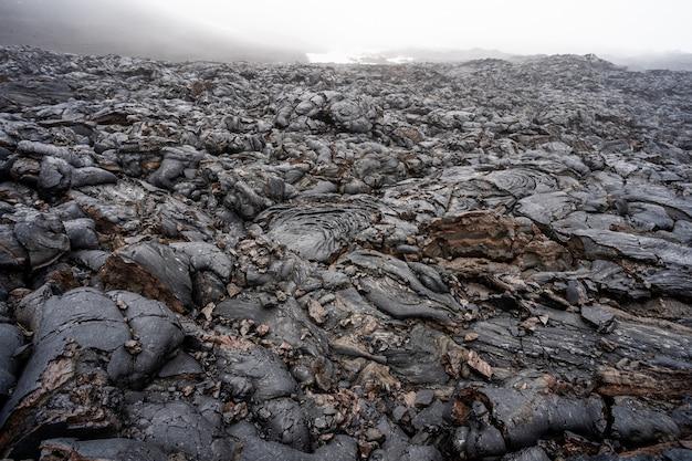 Sluit omhoog van zwarte lavawerveling in het nationale park van de vulkanen van hawaï Premium Foto