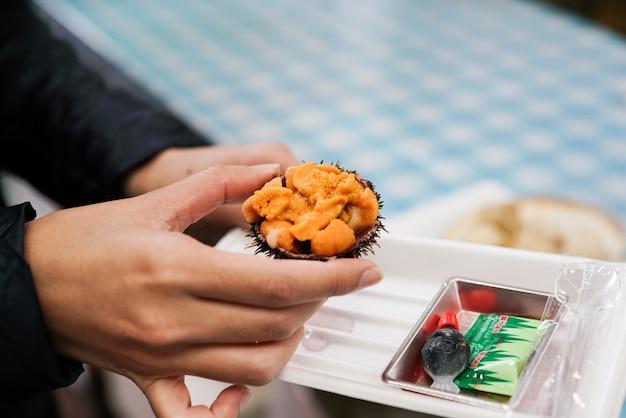 Sluit omhoog verse ruwe zeeëgel, uni of sjofele of sashimisingrediënten, japanse stijl Premium Foto