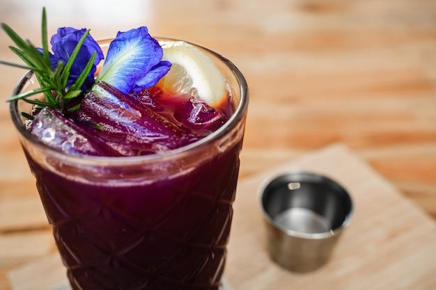 Sluit omhoog vlindererwt en limoensap in glas Premium Foto