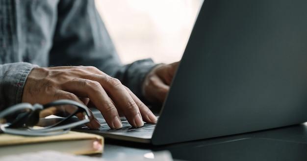 Sluit omhoog zakenman gebruikend laptop computer Premium Foto