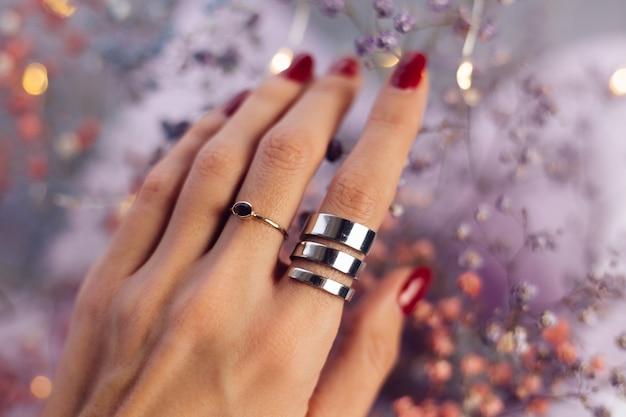 Sluit schot van de vingers van de vrouwenhand die twee ringen dragen Gratis Foto