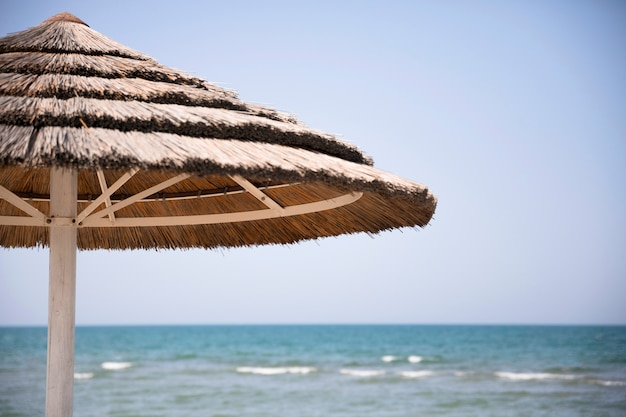 Sluit strandparaplu op kust omhoog Gratis Foto