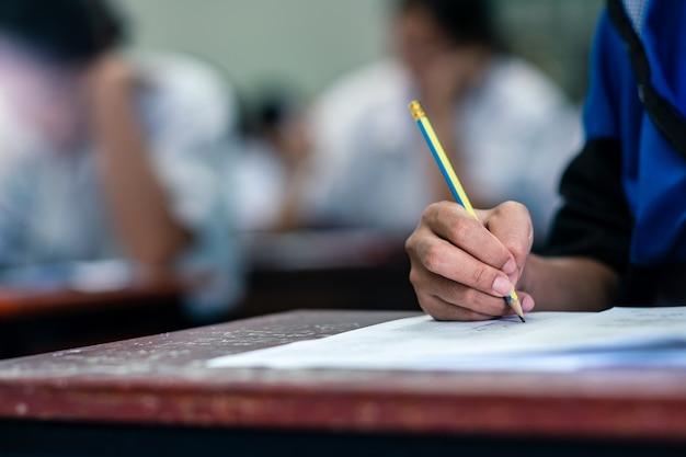 Sluit studenten die voor examen schrijven Premium Foto
