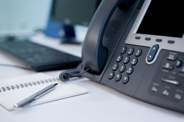 Sluit telefoon vast omhoog bij bureauconcept Premium Foto