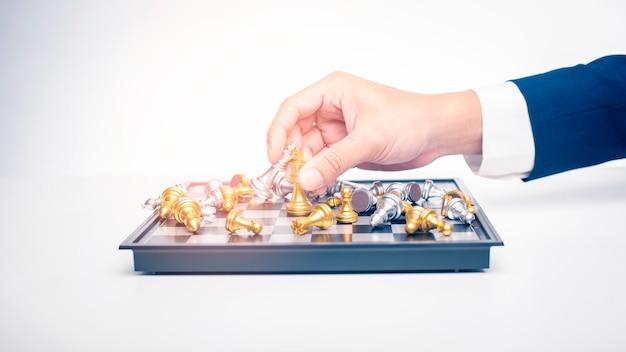 Sluit van de bedrijfsmens speelt schaak, het concept van de bedrijfseconomiestrategie Premium Foto