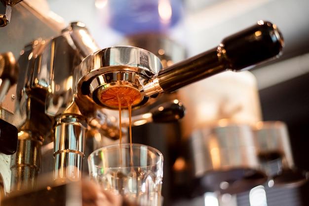 Sluit van koffiemachine bereidt omhoog koffie in koffiewinkel voor Premium Foto