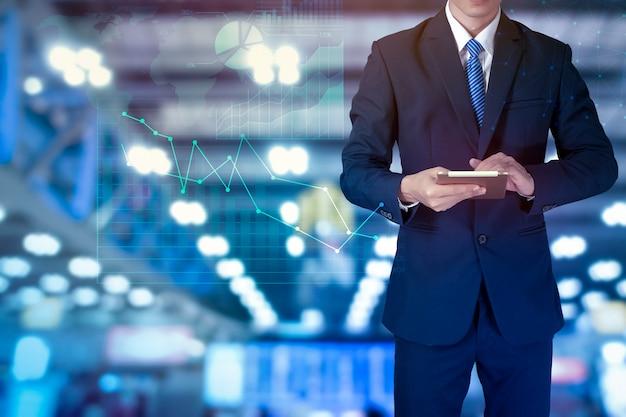 Sluit van zakenman gebruikt omhoog tablet met grafische analyticsfinanciën Premium Foto