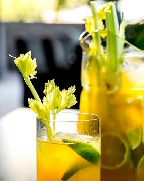 Sluit vooraanzicht verkwikkende limonade met limoen en selderij Gratis Foto